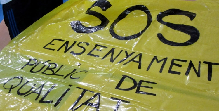 """Imatge d'una pancarta on es pot llegir: """"SOS. Ensenyament públic de qualitat"""" - © http://ineditviable.blogspot.com.es/"""