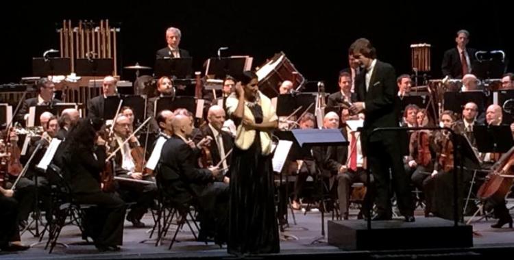 L'OSV amb Sara Blanch a l'escenari de La Faràndula - © Arxiu Ràdio Sabadell