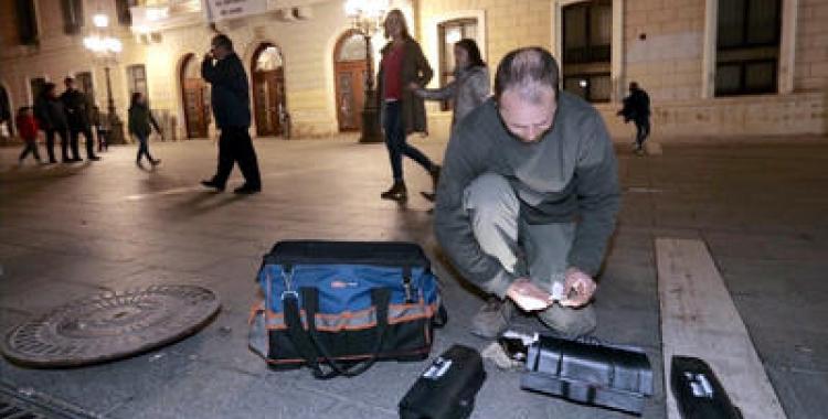 Un operari treballant a plaça Sant Roc | Arxiu