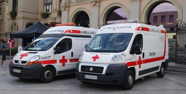 Ambulàncies de la Creu Roja davant l'Ajuntament de Sabadell