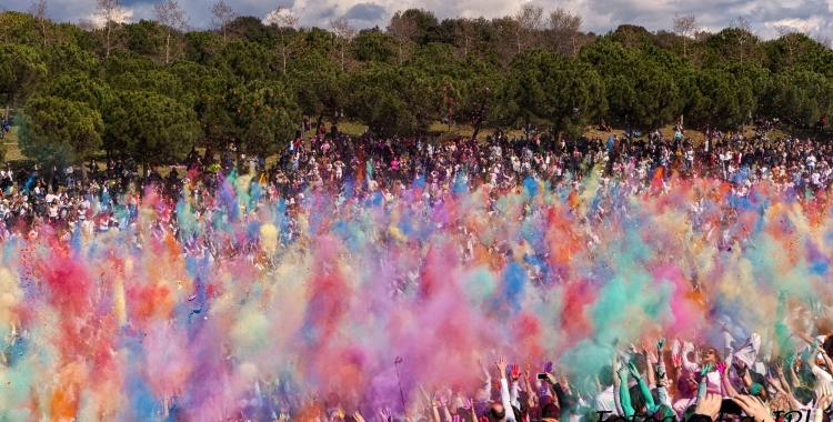 Moment del llançament de color a la festa Holi