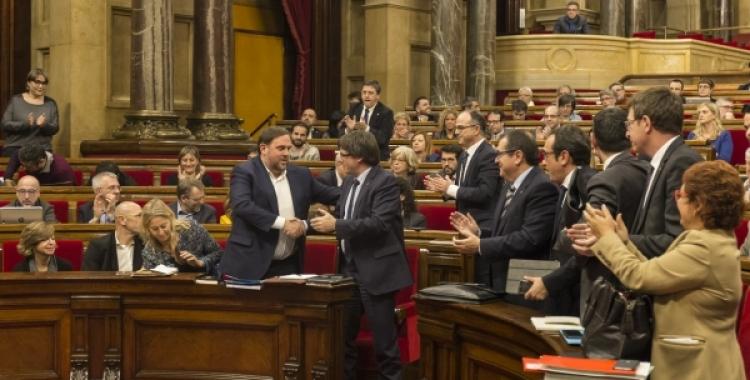 Carles Puigdemont i Oriol Junqueras es donen la mà