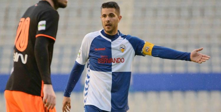 Juanjo vestint el braçalet de capità arlequinat diumenge contra el Valencia Mestalla | Roger Benet (CES)
