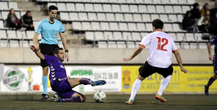 Juanjo Ciércoles en una jugada del partit contra l'Hospitalet de la primera volta