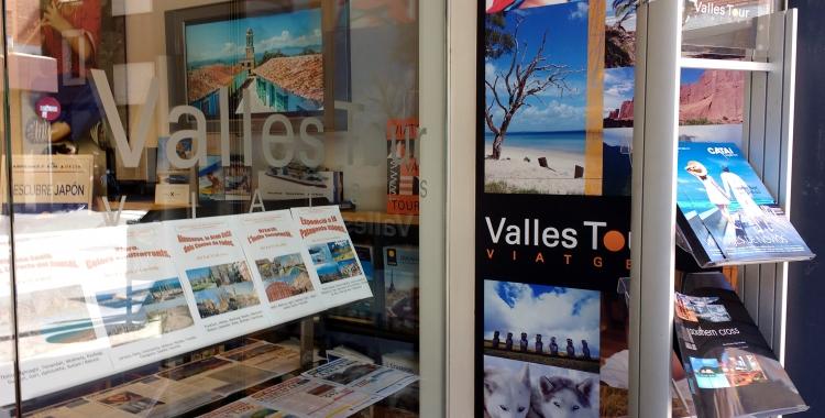 Aparador de l'agència Vallès Tour/ Karen Madrid