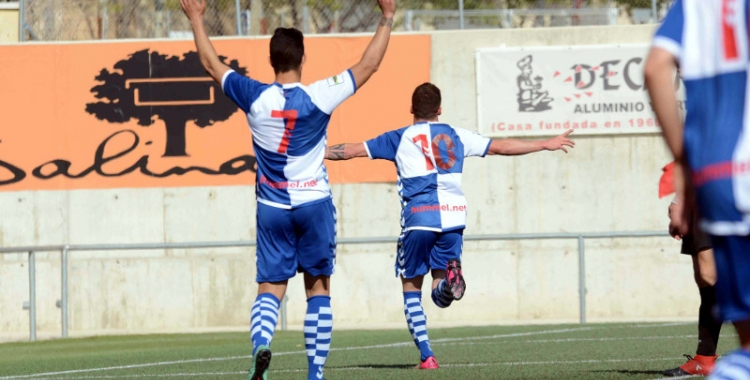 El davanter del Centre d'Esports, Max Marcet, celebra el primer gol del Sabadell