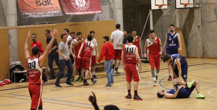Els jugadors del Sant Nicolau celebren la victòria contra el Collblanc