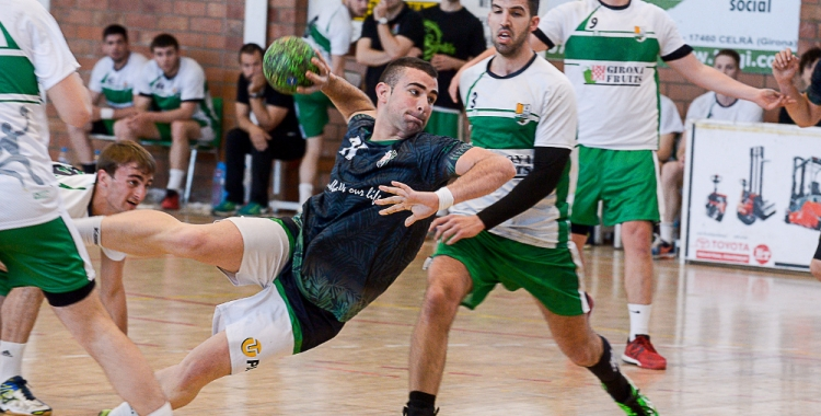 Marc Castilla superant la defensa del Bordils 'B'