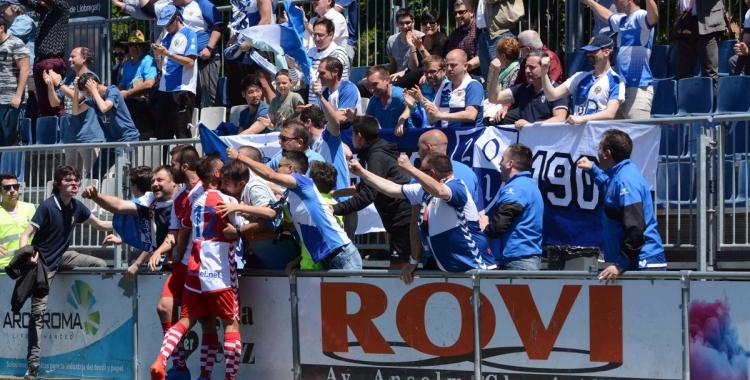 Max Marcet celebra el seu gol al camp del Prat amb l'afició