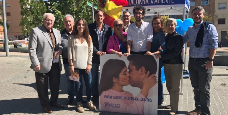 L'equip del PP davant de la carpa informativa. Foto: Partit Popular de Sabadell.