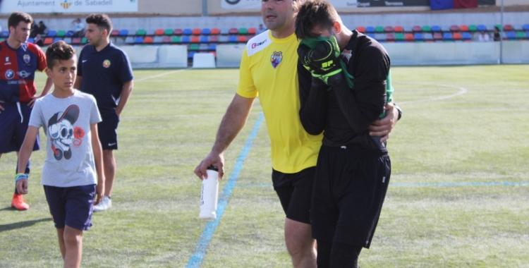 El porter Aitor Bover abandona plorant el camp un cop confirmat el descens | Adrián Arroyo