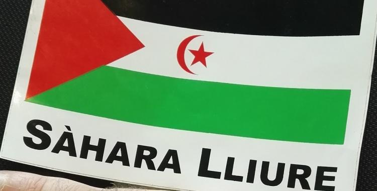 Enganxina amb la bandera de la República Àrab Sahrauí Democràtica. Foto: twitter de Juli Fernández