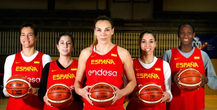 Lucila Pascua (al centre) amb algunes de les seves companyes a la selecció