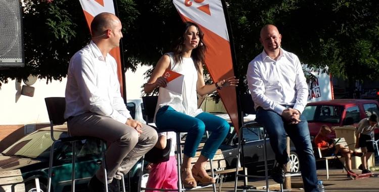 Arrimadas, Hernández i Garcia, a la plaça del Pi de Ca n'Oriac/ Karen Madrid
