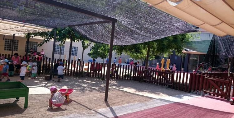 Imatge dels infants jugant al pati del CEIF Creu Alta
