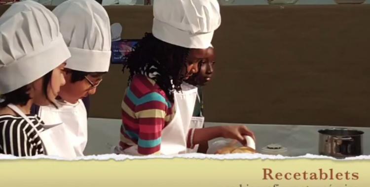 Un grup d'alumnes del Joan Sallarès i Pla fent una recepta