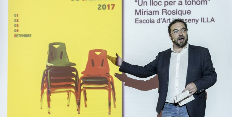 Juli Fernàndez presenta el cartell de Festa Major en un acte. Foto: Ajuntament de Sabadell. Autor: Juanma Peláez