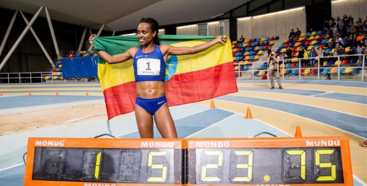 Genzebe Dibaba va batre el rècord del món Indoor dels 2.000 metres a Sabadell | Núria Puentes (El Periódico)