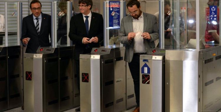 El president Puigdemont, el conseller Rull i l'alcalde Fernàndez validant el bitllet per accedir a les noves estacions