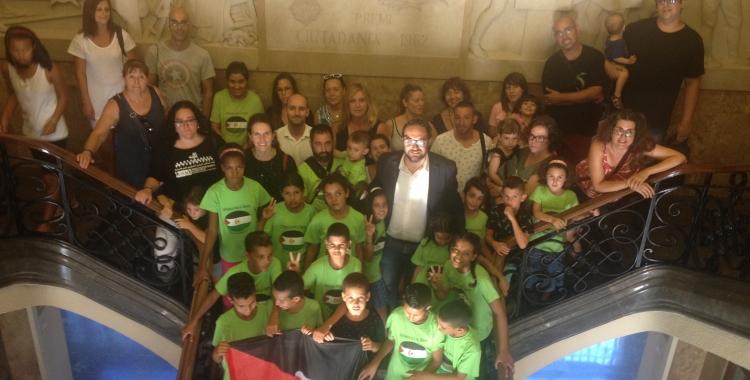 Foto de família de Sabadell Acull Infants Saharauís a les esclaes de l'Ajuntament. Foto: Ràdio Sabadell
