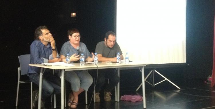 Jordi Cuixart, Montserrat Mateu (Òmnium) i David Fernández durant l'acte. Foto: Ràdio Sabadell.
