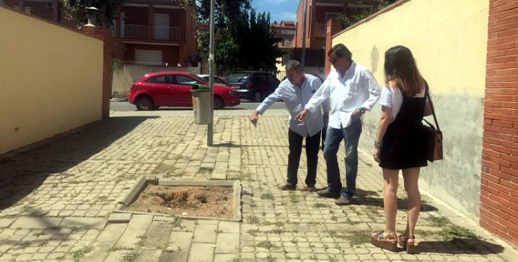 Gesa, amb un veí de Sant Julià, comprovant l'estat del barri/ Cedida
