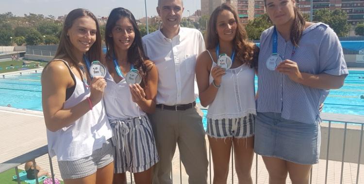 Bea Ortiz, Mati Ortiz, Claudi Martí (president), Judith Forca i Paula Leitón amb les medalles aquest matí