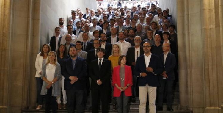 Foto de família després de l'acte de Món Local X Referèndum. Foto: ANC. Autora: Patrícia Mateos