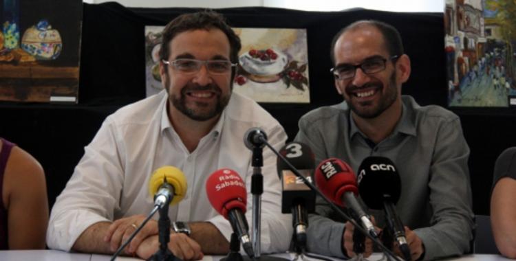 L'exalcalde Juli Fernández i el futur alcalde Maties Serracant en la presentació del pacte de govern al 2015