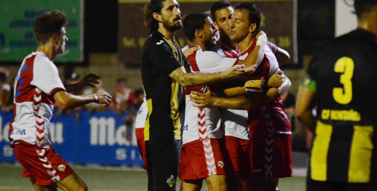 'Migue' abraçat pels seus companys contra la Montanyesa