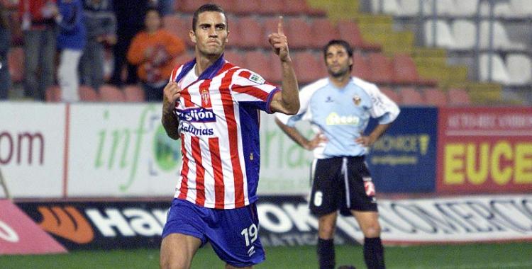 Arthuro celebrant un gol amb l'Sporting de Gijón