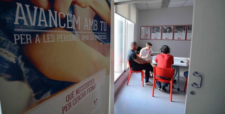 Aleix Graell parlant amb en Fèlix a la seu de Creu Roja Sabadell | Roger Benet