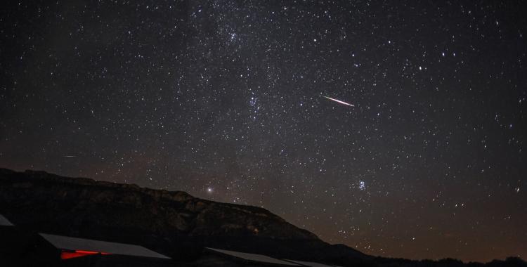 Un meteor dels Perseids creuant la volta del cel de nit   Manel Martín