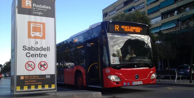 El bus llançadora, que connecta les estacions de Sabadell Nord, tancada per obres, amb la de Sabadell Sud.