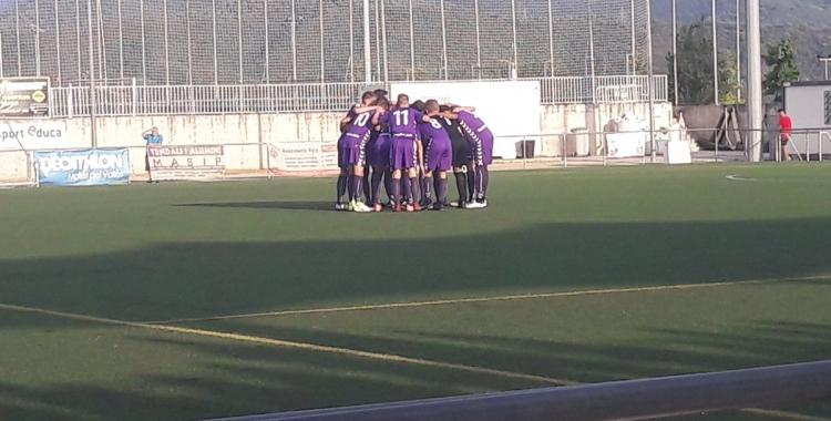 El filial es conjura abans de començar el partit | CF Mollet UE