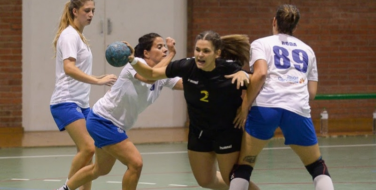 Clara del Baño, en una acció del primer partit de lliga contra el Tenerife | Èric Algemis - OAR Gràcia