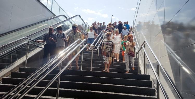 Usuaris del transport públic el dia de la inauguració   Arxiu
