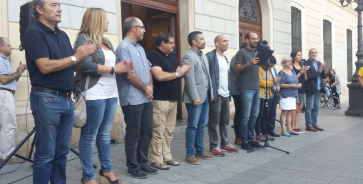 L'alcalde i els regidors llegint el comunicat | Pau Duran