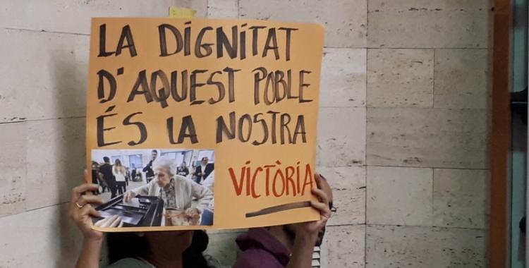 Pancartes i persones que donaven l'esquena a Gesa han marcat el debat d'aquestes mocions/ Karen Madrid