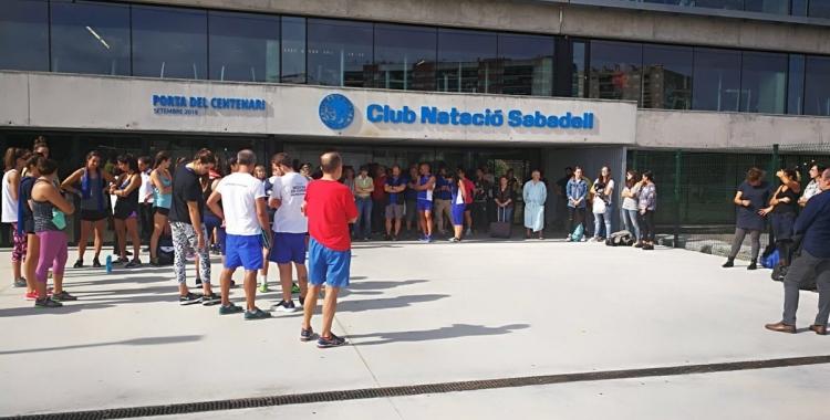 Socis i treballadors del Natació Sabadell aquest migdia a la porta de Can Llong | CNS