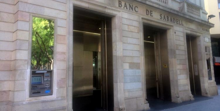 Exterior de Banc Sabadell a plaça Sant Roc/ Mireia Prat