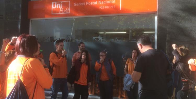 Protesta dels treballadors d'Unipost davant l'oficina de la carretera de Barcelona.