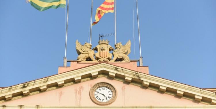 L'edifici de l 'Ajuntament sense les banderes espanyola i europea. Foto: Roger Benet