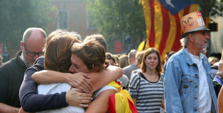 Milers de persones han seguit la declaració d'independència des de l'exterior del Parlament/ ACN
