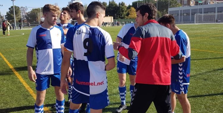 Carlos López parlant ahir amb Sergi Estrada (dorsal 9) i la resta de jugadors