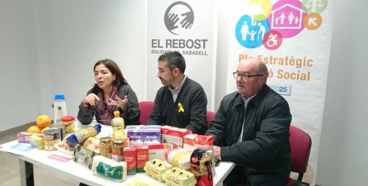 Mercè Calvet, gerent del Rebost; Gabriel Fernàndez, regidor d'Acció Social; i Santi Fuentemilla, president del Rebost.