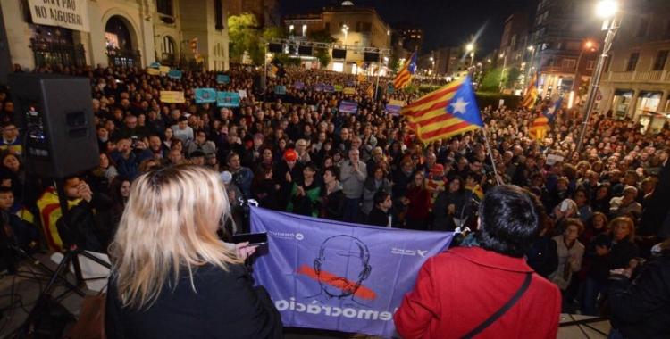 Mig miler de persones s'han concentrat al vespre a la plaça Doctor Robert. Foto: Roger Benet
