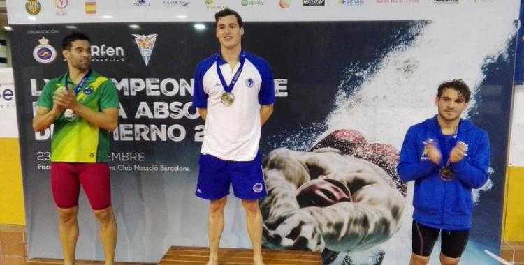 Marc Sánchez al podi després de guanyar els 400 estils