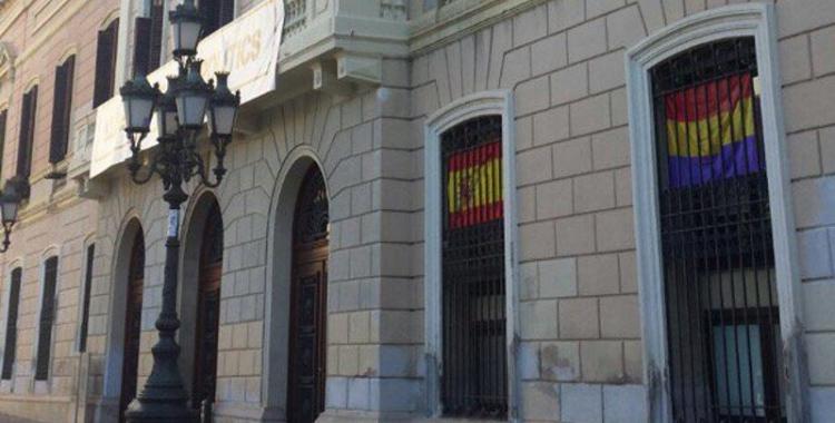 Pancarta a la façana de l'Ajuntament   Arxiu
