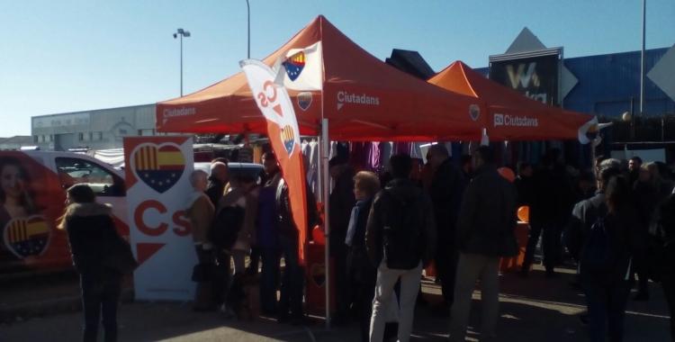 La parada informativa que ha visitat Carlos Carrizosa | Pere Gallifa